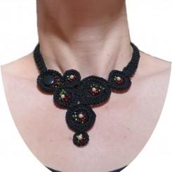 """Collier noir """"Cercles et perles"""" au crochet."""