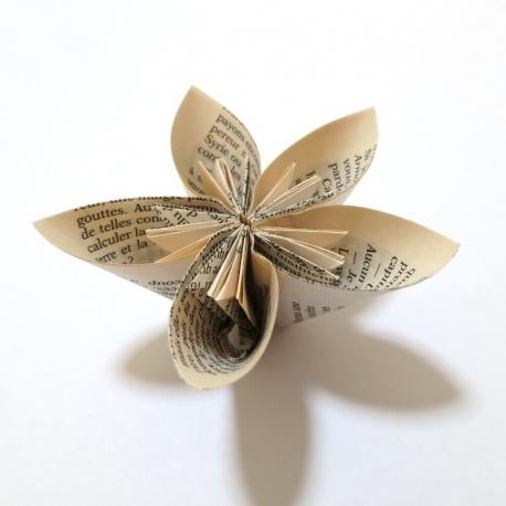Lot 12 fleurs à poser en feuille de livre.