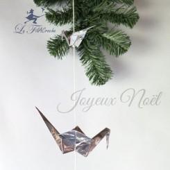 Guirlande de grues argentées en origami.