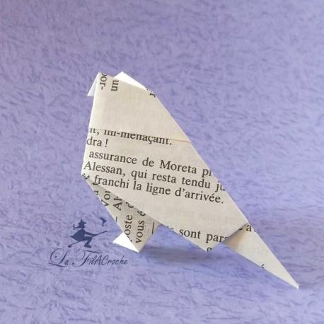 Oiseau plié en papier de livre