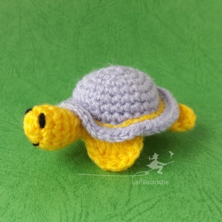Décoration tortue lilas au crochet