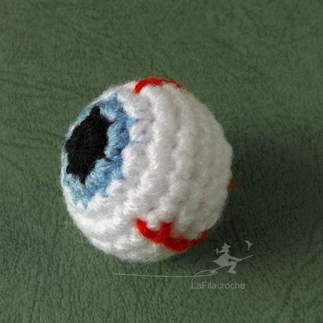 Oeil bleu au crochet
