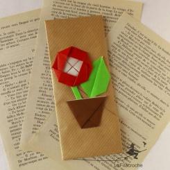 Marque page camélia rouge en origami