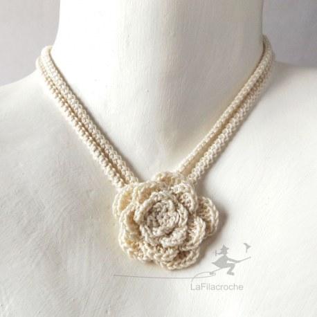 Collier ras de cou fleur écru au crochet