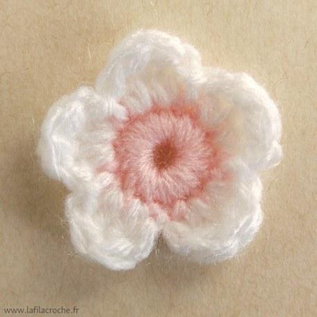 Fleur de cerisier blanche et rose au crochet
