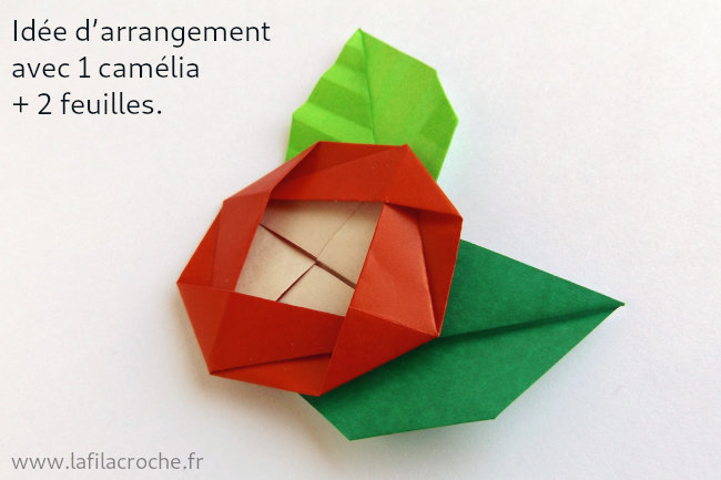 Arrangement camélia et feuilles origami