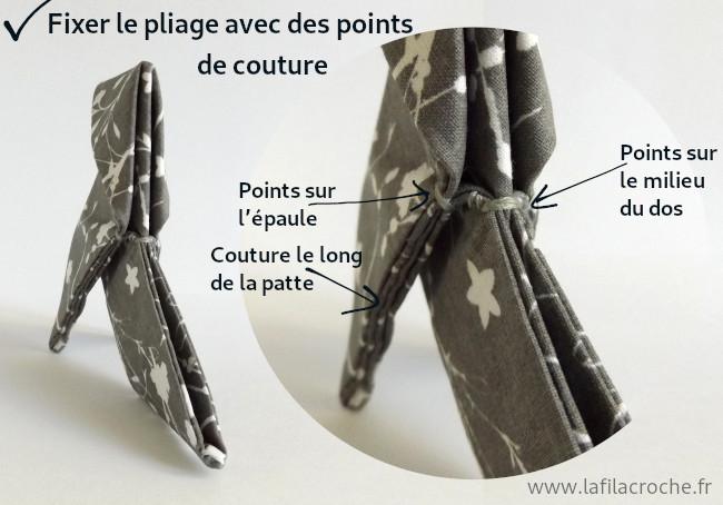 Gros plan sur les coutures pour fixer les plis de la cocotte origami