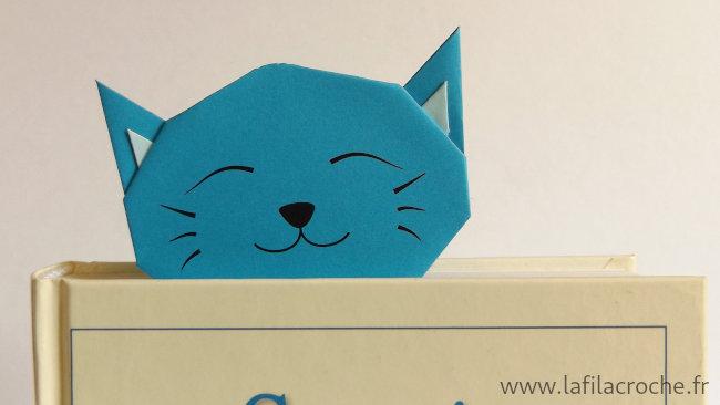 Marque-page chat origami dans un livre